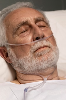 Porträt eines älteren mannes mit atemproblemen