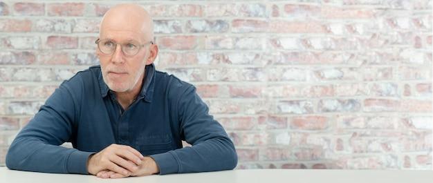 Porträt eines älteren mannes mit bart und gläsern
