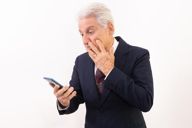 Porträt eines älteren mannes mit handy, starker ausdruck