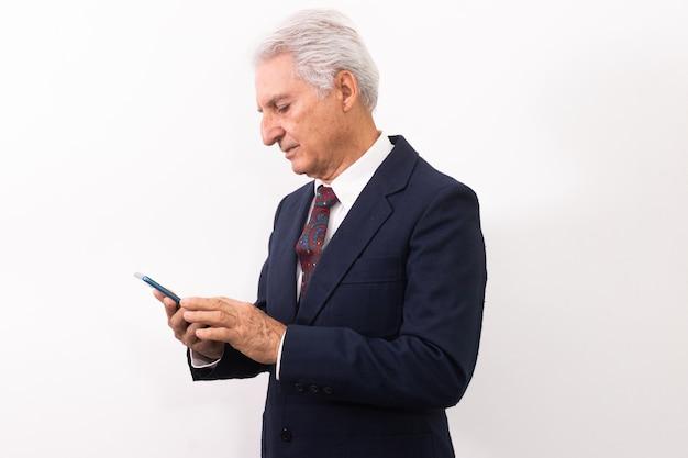 Porträt eines älteren mannes mit handy