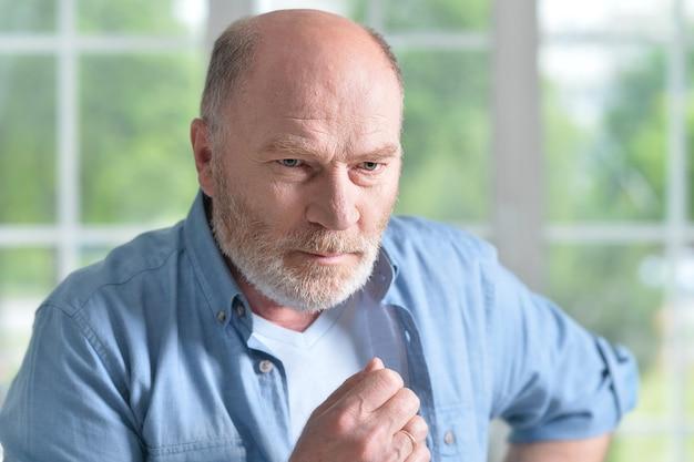 Porträt eines älteren mannes zu hause