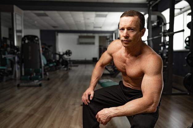 Porträt eines älteren muskulösen mannes in einer turnhalle
