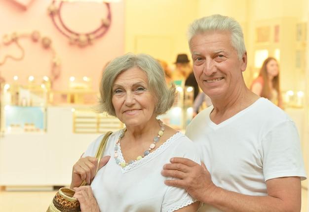 Porträt eines älteren paares im einkaufszentrum