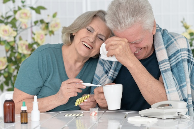Porträt eines älteren paares mit pillen zu hause