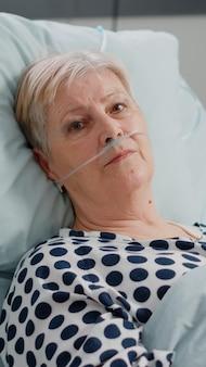 Porträt eines älteren patienten mit krankheit, der in die kamera schaut