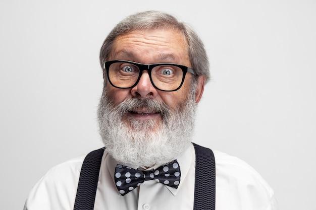 Porträt eines älteren professors, der isoliert auf weiß posiert