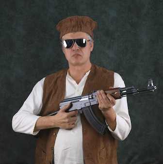 Porträt eines afghanen mit einem ak47-sturmgewehr