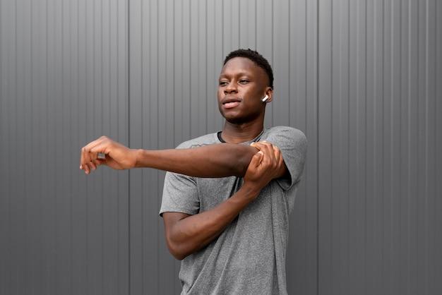 Porträt eines afroamerikanischen athleten, der eine pause macht