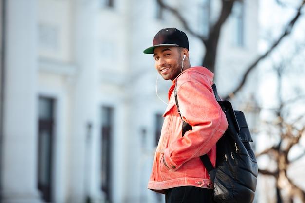 Porträt eines afroamerikanischen mannes, der musik draußen hört