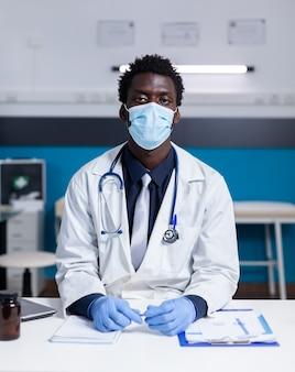 Porträt eines afroamerikanischen mediziners, der in die kamera schaut