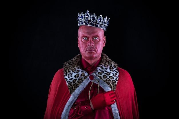 Porträt eines alten königs mit krone