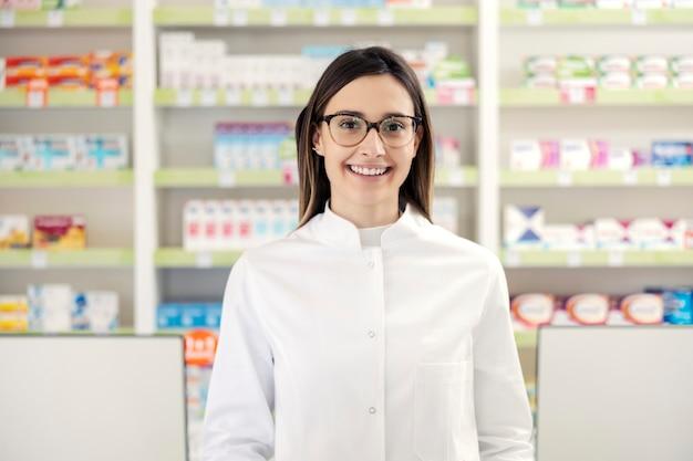 Porträt eines apothekers in einer apotheke