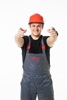 Porträt eines arbeiters, der seinen finger auf ein leeres brett zeigt