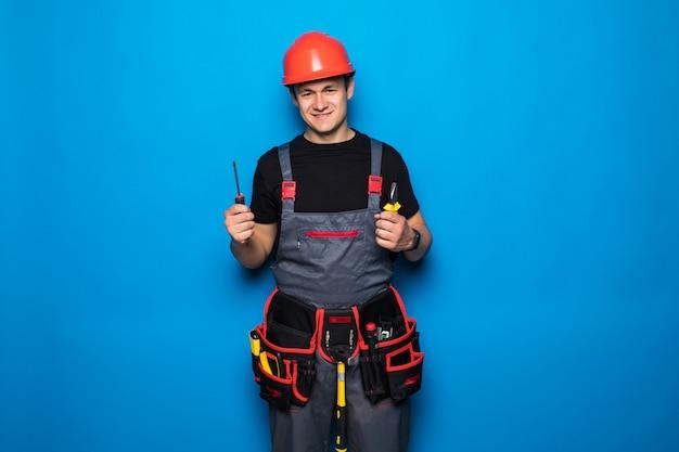 Porträt eines arbeitsreparaturmanns, der einen hummer lokalisiert auf einem blauen hintergrund erhebt