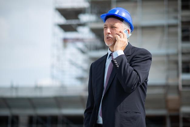Porträt eines architekten, der am telefon spricht