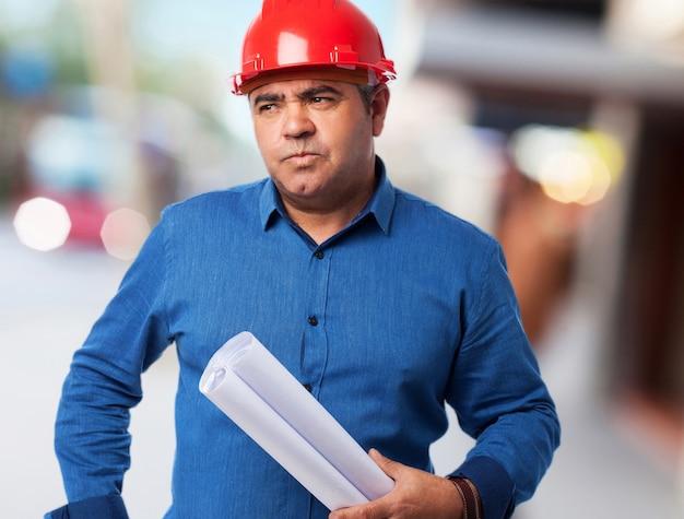 Porträt eines architekten über sein projekt zu denken