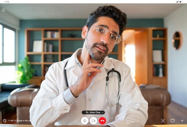 Porträt eines arztes auf einem videoanruf für einen virtuellen termin mit einem patienten