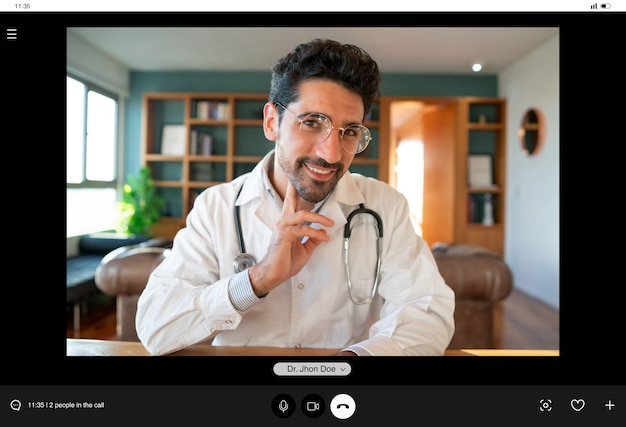 Porträt eines arztes bei einem videoanruf für einen virtuellen termin mit einem patienten. neuer normaler lebensstil. gesundheits- und medizinkonzept.
