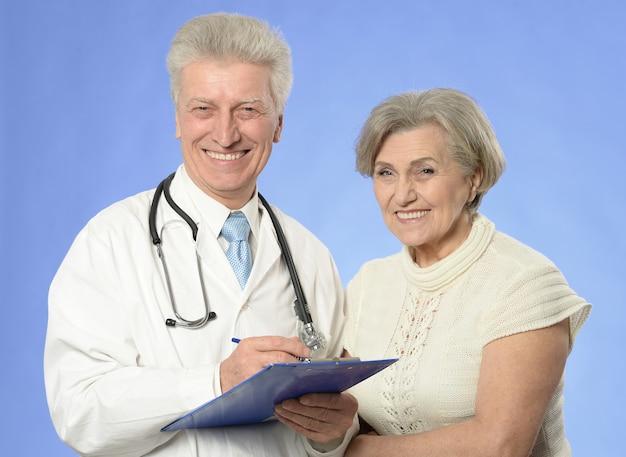 Porträt eines arztes mit einem patienten