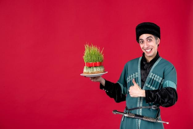 Porträt eines aserbaidschanischen mannes in traditioneller tracht mit semeni auf rotem tänzerurlaub novruz ethnische frühlingsfarbe