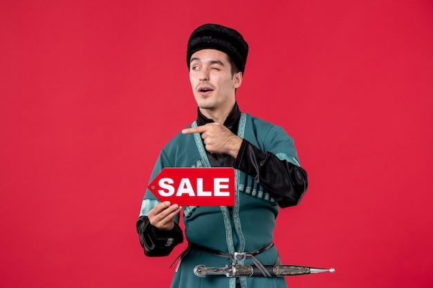Porträt eines aserbaidschanischen mannes in traditioneller tracht mit verkauf