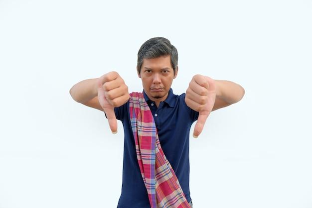 Porträt eines asiatischen mannes mit daumen nach unten