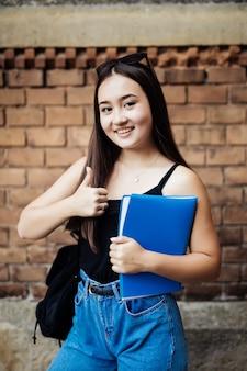 Porträt eines asiatischen studenten auf dem campus