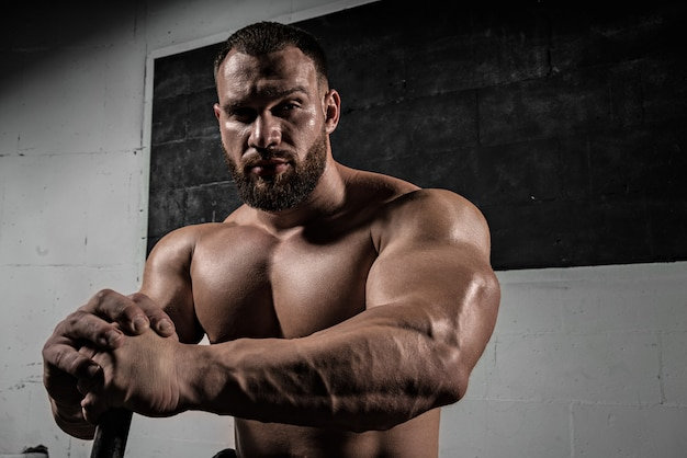 Porträt eines athleltischen muskulösen bärtigen mannes