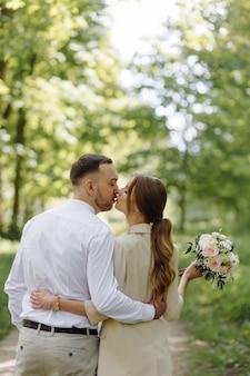 Porträt eines attraktiven jungen verliebten paares im freien