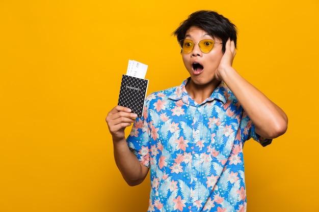 Porträt eines aufgeregten asiatischen mannes, der über gelb isoliert wird