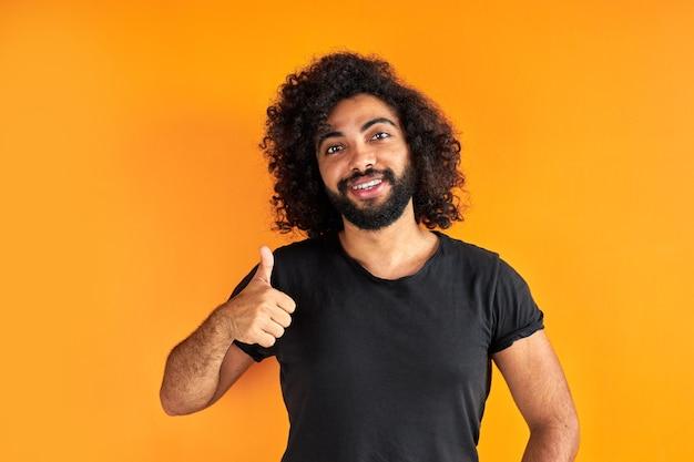Porträt eines aufgeregten bärtigen arabischen mannes, der lokal über gelbem hintergrund steht
