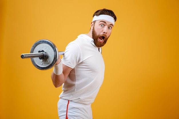 Porträt eines aufgeregten bärtigen fitness-mann-trainings