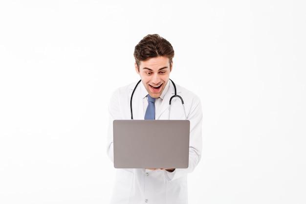 Porträt eines aufgeregten jungen männlichen doktors