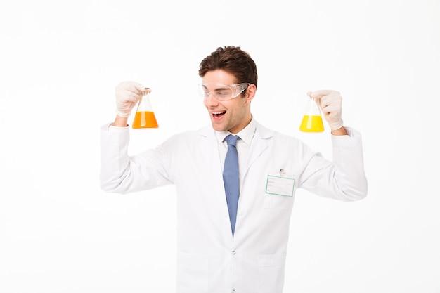 Porträt eines aufgeregten jungen männlichen wissenschaftlers