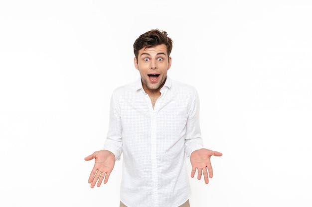 Porträt eines aufgeregten jungen mannes im hemd