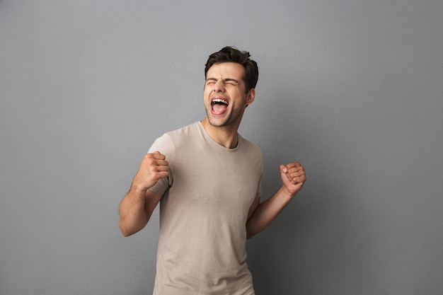 Porträt eines aufgeregten jungen mannes