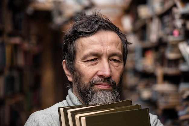 Porträt eines authentischen alten mannes mit bart und guten augen