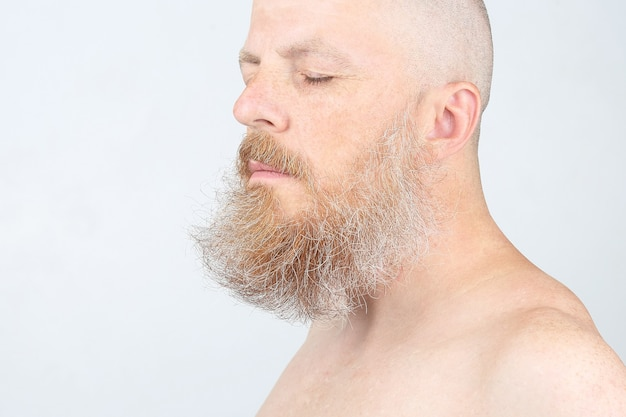 Porträt eines bärtigen mannes auf einem licht