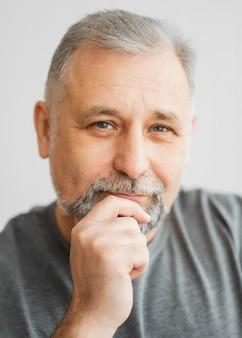Porträt eines bärtigen mannes Premium Fotos