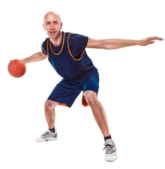 Porträt eines basketballspielers in voller länge mit ball