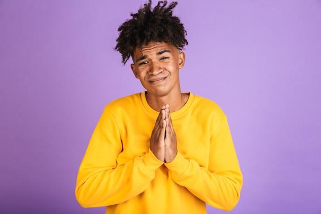 Porträt eines besorgten jungen afroamerikaners, der bettelt