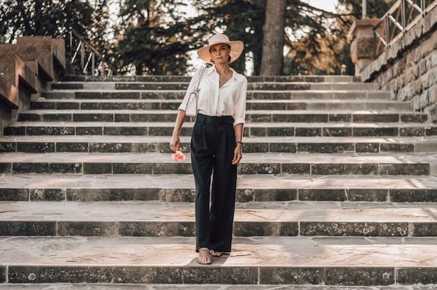 Porträt eines bezaubernden mädchens, das die treppe zum piazzale michelangelo in florenz hinaufsteigt.