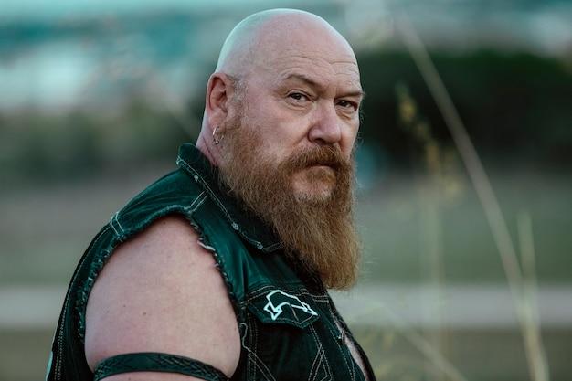 Porträt eines biker-mannes und eines bären, stark und mit einem großen bart.