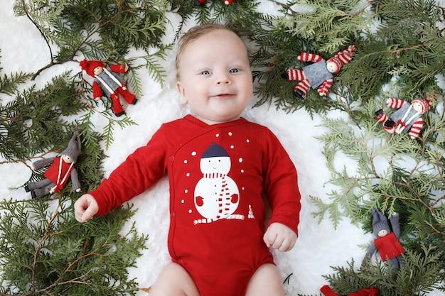 Porträt eines blonden babys mit weihnachtsspielzeug