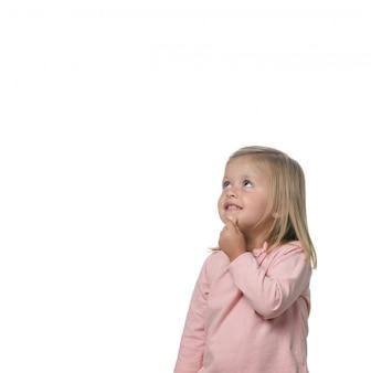Porträt eines blonden kleinen mädchens nachdenklich auf dem weißen hintergrund