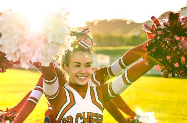 Porträt eines cheerleeders in aktion