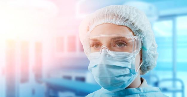 Porträt eines chirurgen im operationssaal.