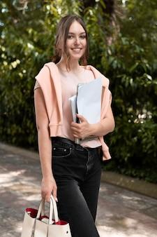Porträt eines college-studenten, der einige bücher hält