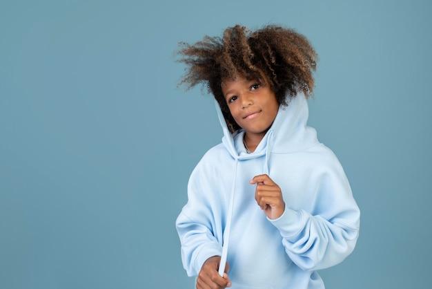 Porträt eines coolen teenagers, der einen hoodie trägt