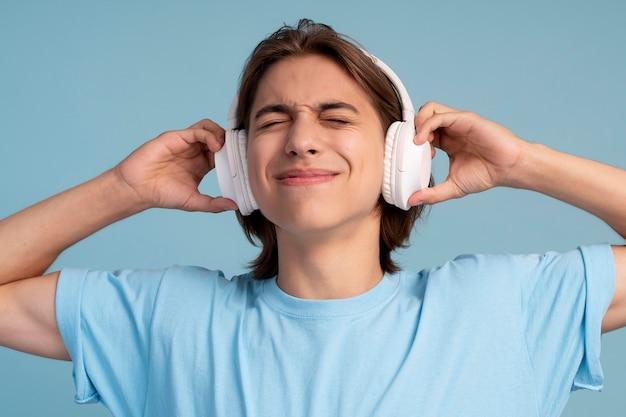 Porträt eines coolen teenagers, der musik hört